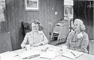 classic photo ladies meeting BW.jpg